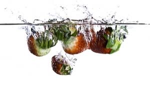strawberry-water-splash-1415640-m